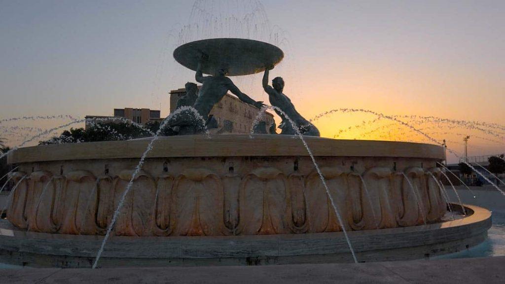 Fontanna Trytona Malta Valletta wieczorem nocne życie