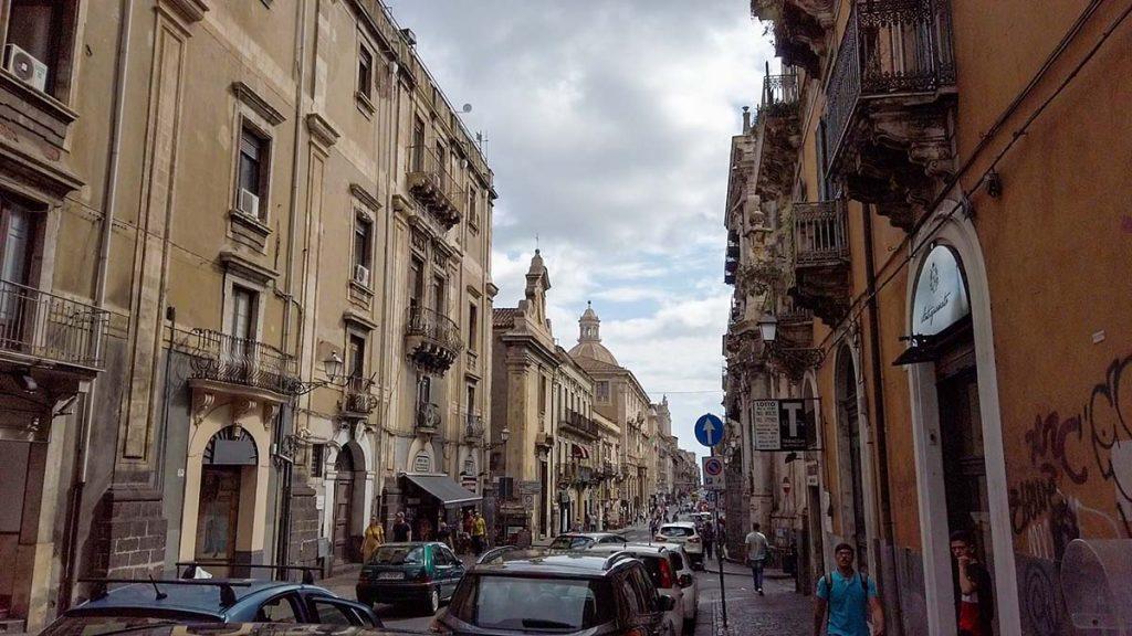 Katania ulice miasta i ruch samochodowy