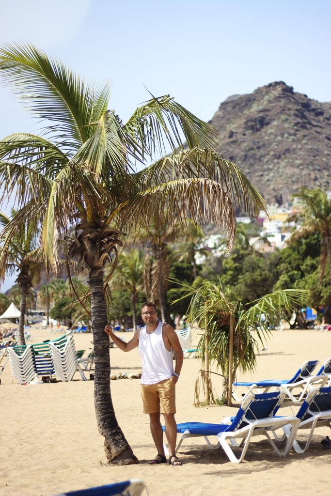 Plaża z żółtym piaskien na Teneryfie Playa de las Teresitas