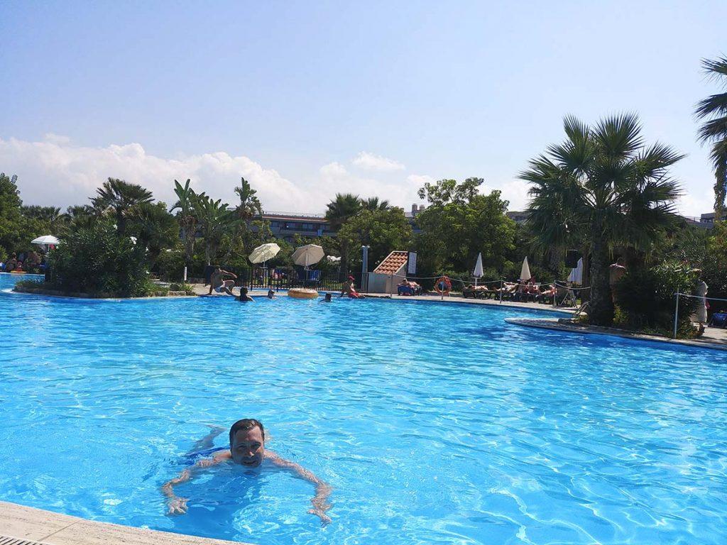 Basen w hotelu na Sycylii