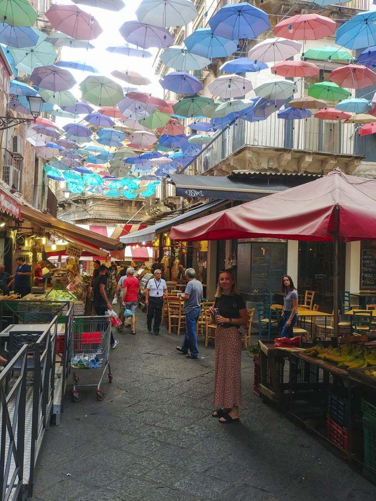 Katania Sycylia blog podróżniczy targowiska z podwieszanymi parasolkami