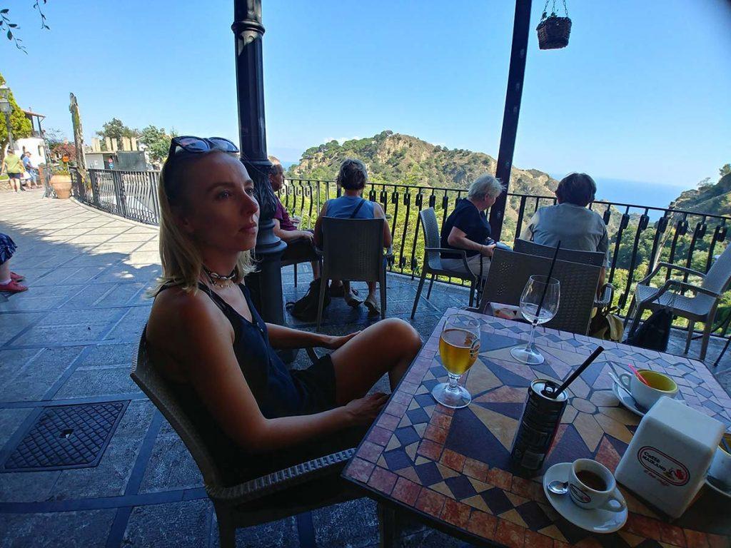 Savoca bar z widokiem na wzgórza i morze Sycylia podróże
