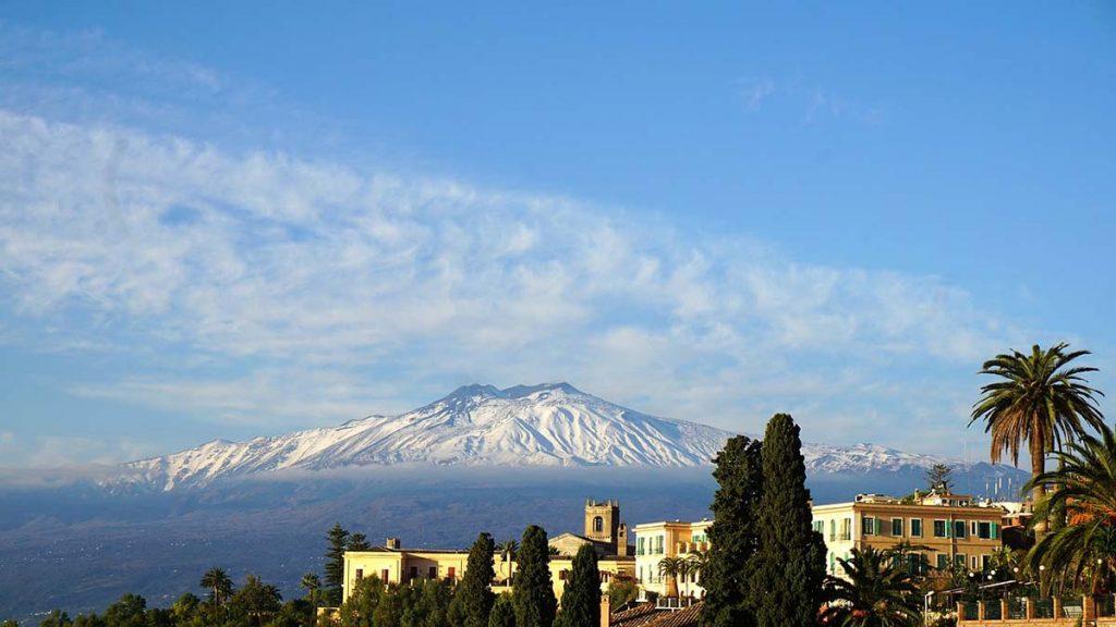 Etna Sycylia wulkan widziany z dużej odległości