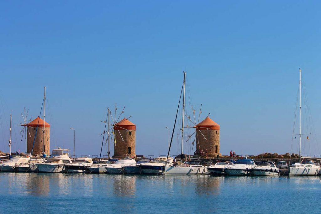 Rodos młyny i łodzie zacumowane wakacje w Grecji