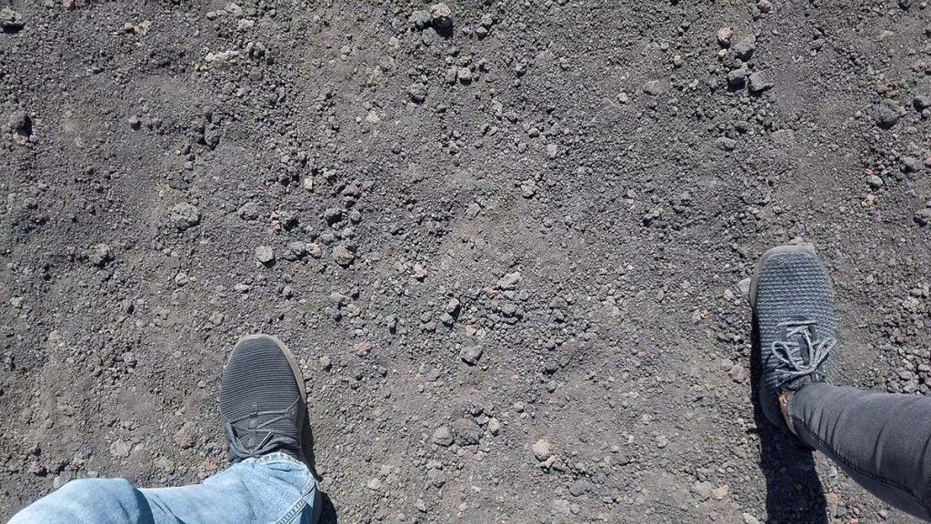 Wulkaniczna pełna pyłu i skał polawowych droga na wulkan Etna Sycylia