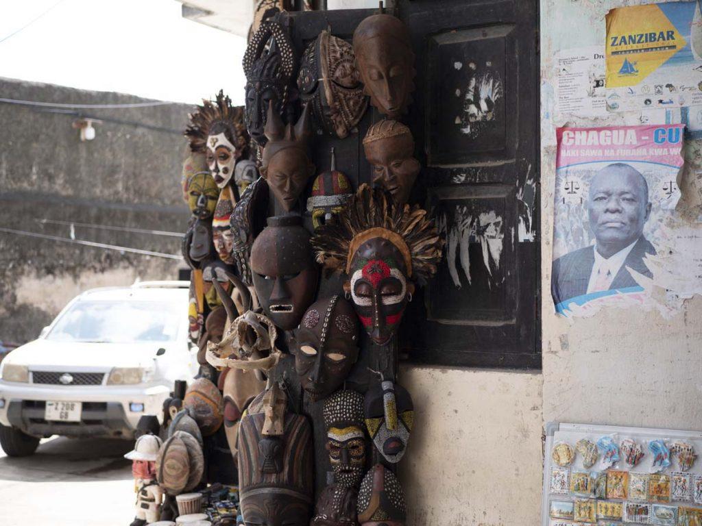 stone town zanzibar sklep z maskami z drewna atrakcje zanzibar stone town