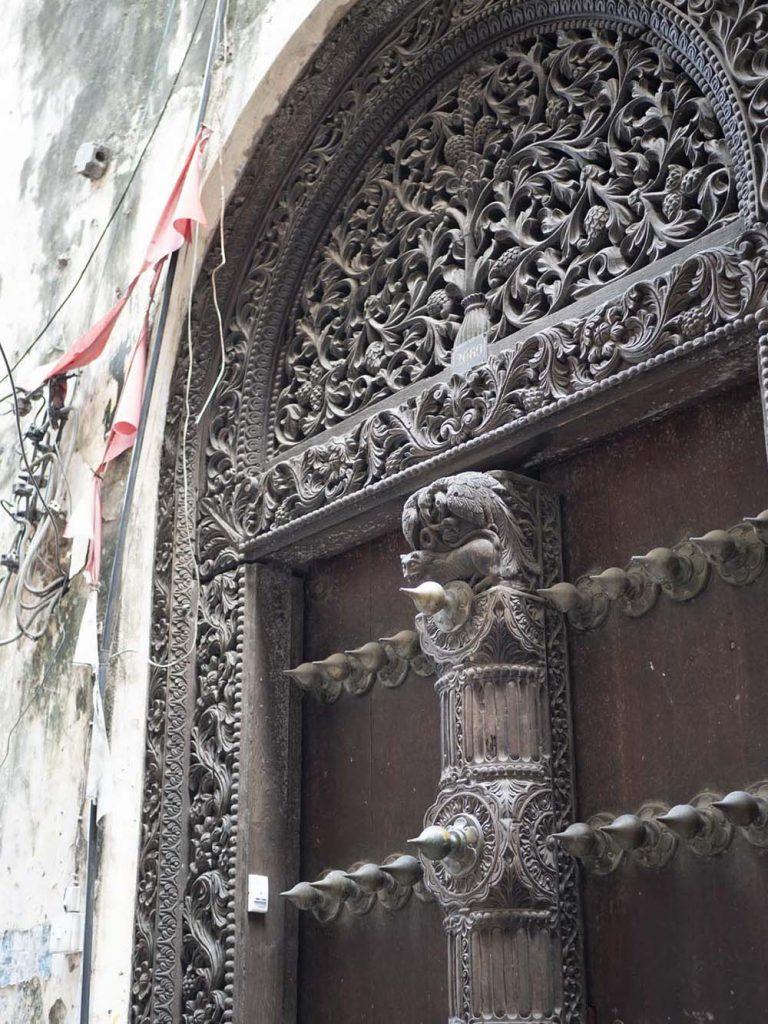 zanzibar stone town drzwi indyjskie aktrakcje zwiedzanie zanzibar stone town