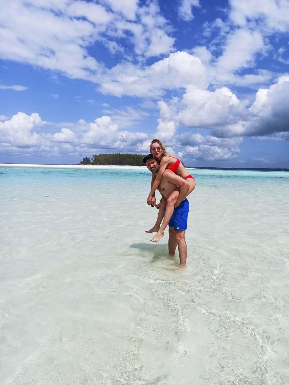 Zanzibar atrakcje i co warto jest zobaczyć czyli sandbank a w tle wyspa Bila Gatesa czyli Mnemba Island