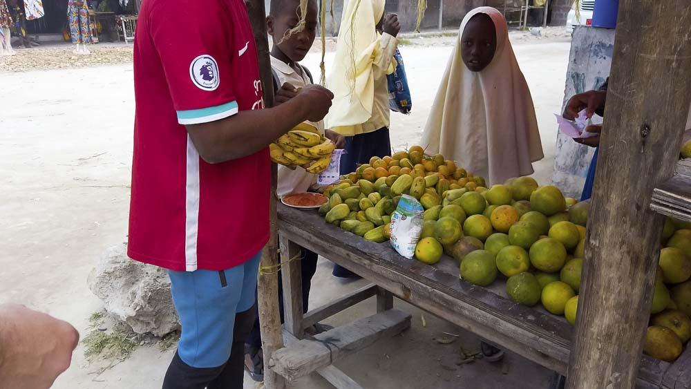 Zanzibar co warto zobaczyć wioska i lokalna ludność sklep z owocami