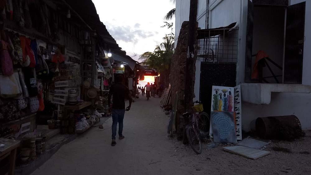 Atrakcje Zanzibaru droga z wioski Nungwi na plażę