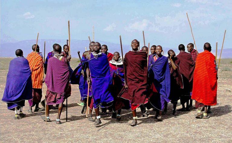 Grupa Masajów tańcząca i skacząca w swoim stylu